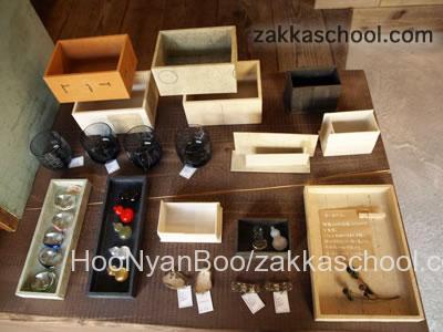 作家の雑貨テーブル上の商品
